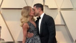 Kelly Ripa and husband Mark Consuelos share some PDA at the 2019 Oscars red carpet