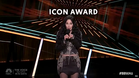 Cher presents the Icon Award to Garth Brooks
